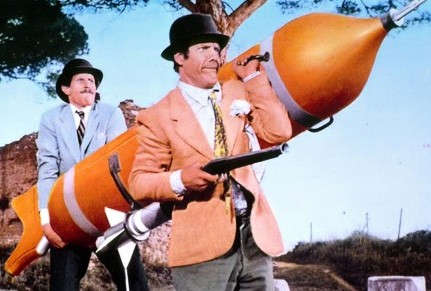 franco-e-ciccio-alle-prese-con-un-mega-missile-in-le-spie-vengono-dal-semifreddo-209281